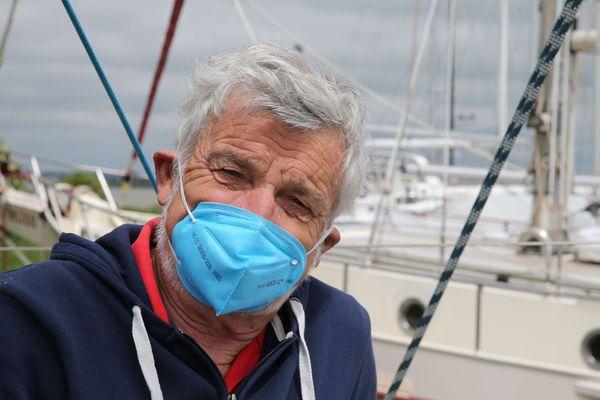 Le marin VDH est heureux mais Jean-Luc le citoyen est consciencieux et adopte les gestes barrière.