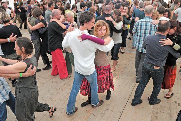 Chaque année, des milliers de personnes viennent danser au bal de l'Europe de Gennetines dans l'Allier (ici l'édition de 2011).
