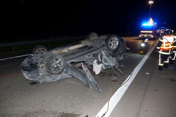 La violence de la collision a retourné le véhicule du policier.
