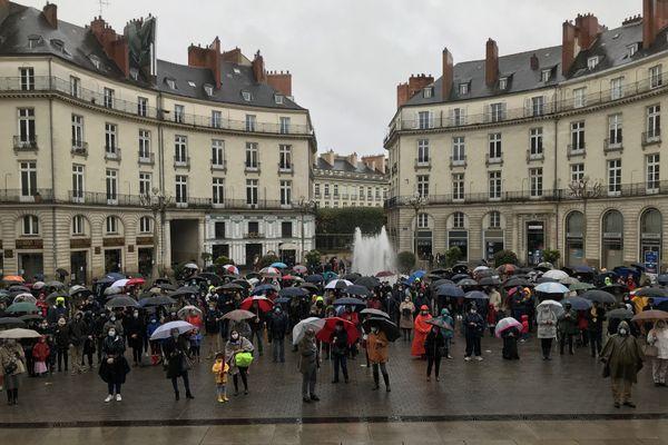 """Quelques dizaines de catholiques ont répondu à l'appel de """"Pour la messe"""" place Graslin à Nantes"""