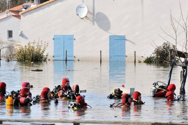Les secours à la recherche de disparus, le 02 mars 2010, ici à  La Faute-sur-Mer