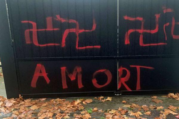 """Les quatre croix gammées et les mots """"A MORT"""" découverts par Mohamed Gnabaly sur son portail, mardi 10 novembre."""