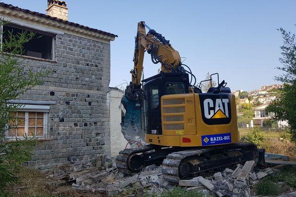 Une pelleteuse démolit une villa sur la commune de Biot.