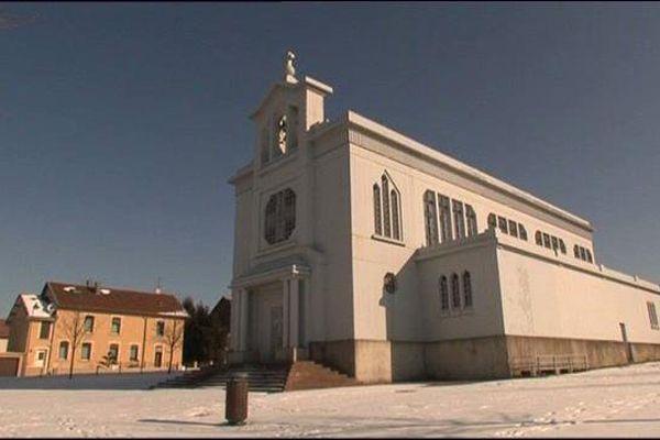 L'église Sainte-Barbe de Crusnes en hiver.