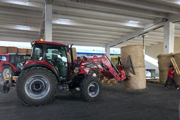 Les bottes de foin données par les agriculteurs des autres départements sont arrivées jeudi 5 novembre et sont stockées au MIN de Nice.