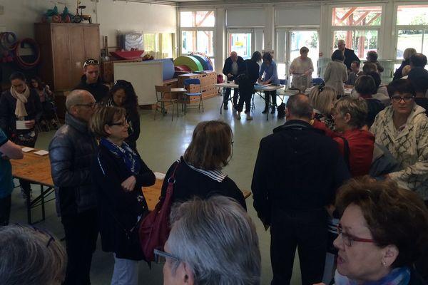 La foule dès ce matin, dans ce bureau de vote dans une école de Vannes