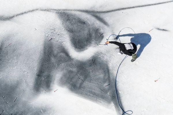 Des pigments biodégradables sont posés sur la neige.
