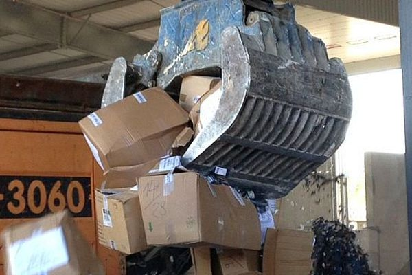 Perpignan - opération de destructions d'objets de contrefaçons saisis par les Douanes - 5 novembre 2015.