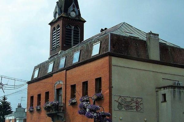 Mairie de Louvroil, devant laquelle l'homme a été blessé.
