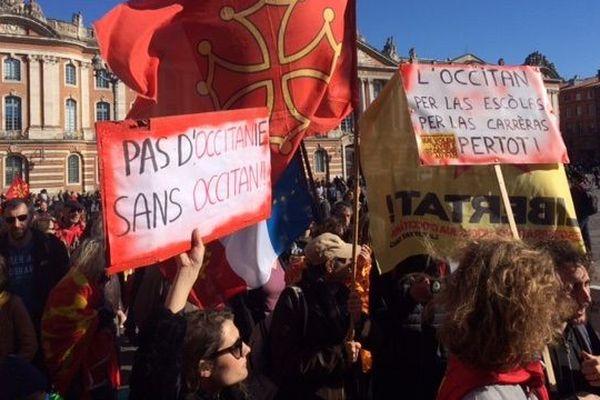 Près d'un millierer de défenseurs de la langue occitane se sont rassemblés dimanche à Toulouse, place du Capitole.