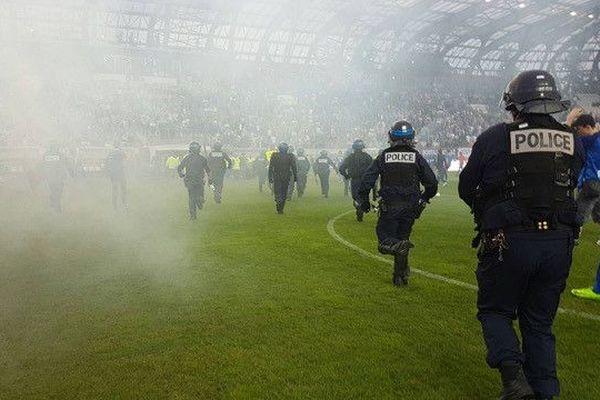 Les policiers ont été rapidement déployés pour repousser les supporters qui ont envahi le stade