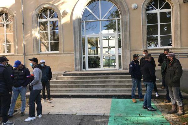 Une cinquantaine de pêcheurs se sont rassemblés ce3 mai devant les Affaires maritimes de Cherbourg, après avoir reçu les premières licences de Jersey, inacceptables pour eux.