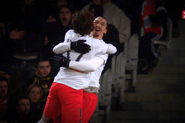 Zlatan Ibrahimovic congratule le brésilien Maxwell après sa superbe frappe qui a trompé le portier lillois Enyeama.