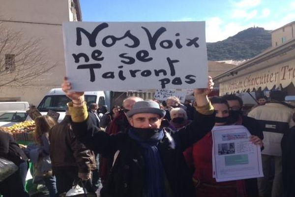 Les manifestants ont défilé avec des baillons pour dénoncer l'extinction des Voix de la Méditerranée