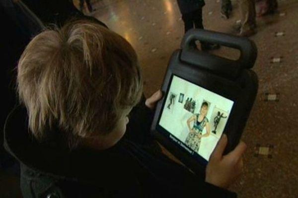 Un enfant avec une tablette au musée des Beaux Arts de Lille.
