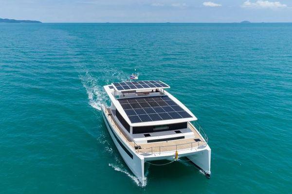 Le Silent 60 est équipé de panneaux solaires pour une totale autonomie.