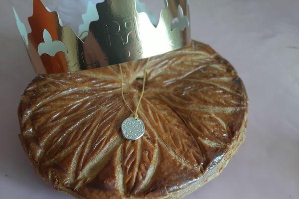 A Saint-Pourçain-sur-Sioule, dans l'Allier, une collaboration entre une créatrice de bijoux et un boulanger-pâtissier a donné naissance à une fève originale pour l'Epiphanie.