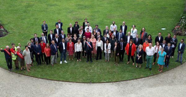 La nouvelle équipe municipale de Bordeaux au complet dans les jardins de l'hôtel de ville