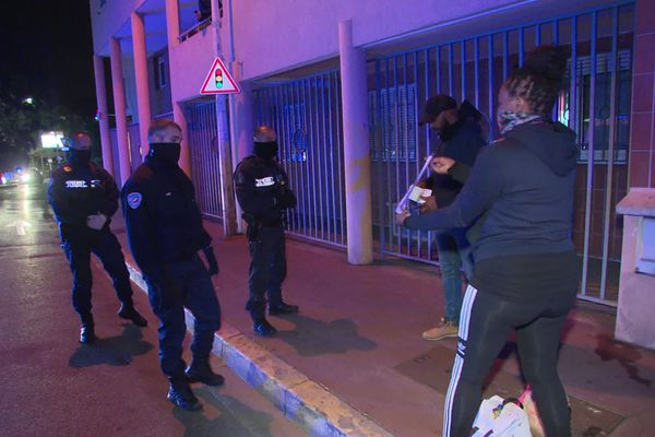 Les policiers face à deux personnes ne respectant pas le couvre feu à Cannes, dans les Alpes-Maritimes.