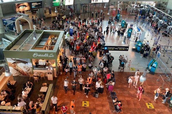 Les salariés d'Aviapartner en grève dans le terminal 2 de l'aéroport de Nice.