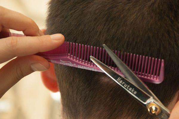 ILLUSTRATION. La crise du coronavirus Covid-19 a impacté tous les marchés. La coiffure n'y échappe pas. En attendant de nouvelles mesures gouvernementales gouvernementales, les salons s'inquiètent de leur survie économique.