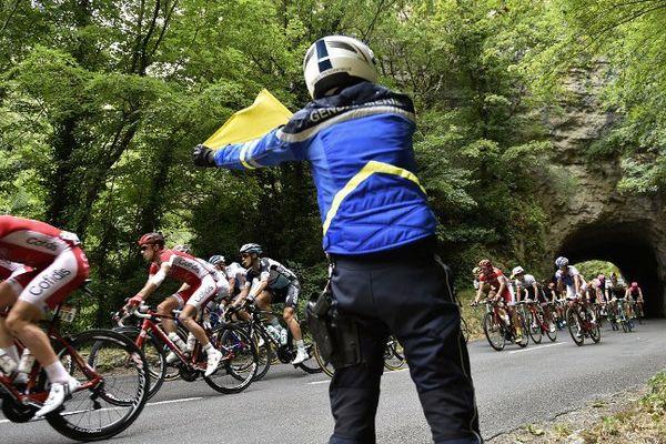 Un gendarme sécurise le Tour de France entre Rodez et Mende lors de la 18e étape.