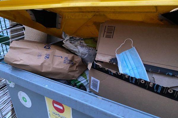 Ces masques doivent être jetés non pas dans les poubelles jaunes de recyclage, mais dans celles des déchets ménagers.