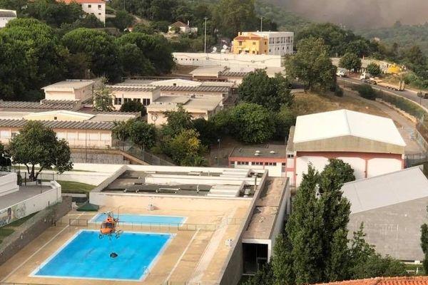 Les pompiers s'approvisionnent en eau dans la piscine municipale, à Monchique (Portugal).