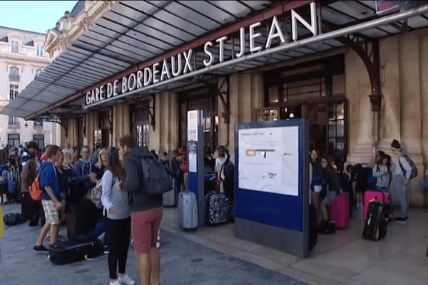 Avant que le trafic ne reprenne progressivement, de nombreux voyageurs patientaient à la gare Saint-Jean de Bordeaux.
