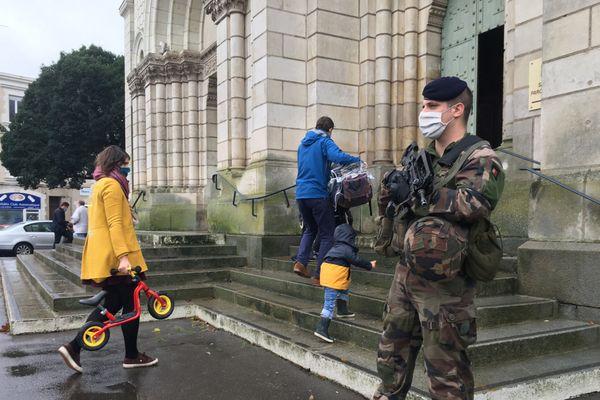 des militaires de l'opération Sentinelle devant l'Eglise Saint-Laud à Angers