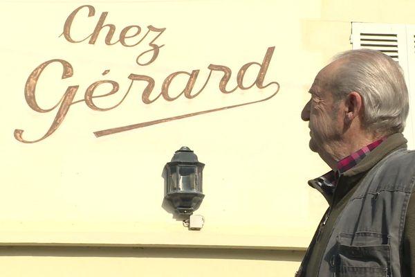 Gérard Petitpas devant l'ancien bar-tabac que tenait sa feme à Cresseveuile