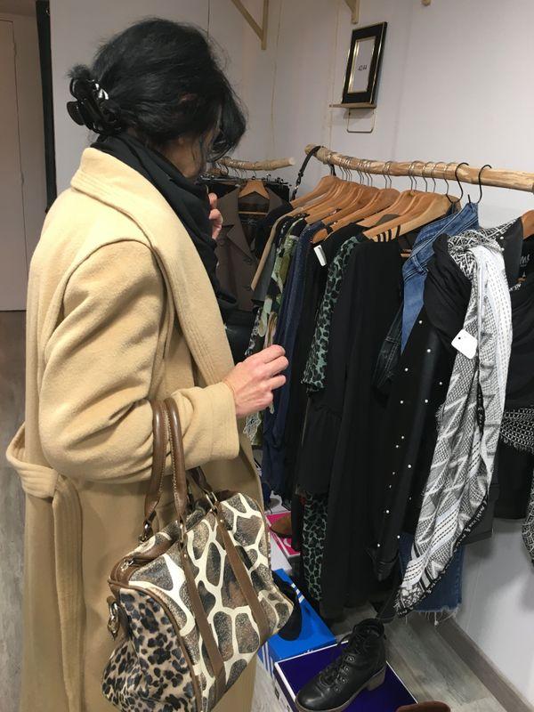 Martine vend ses stocks de vêtements haut de gamme déjà portés, et renouvelle ainsi sa garde-robe régulièrement