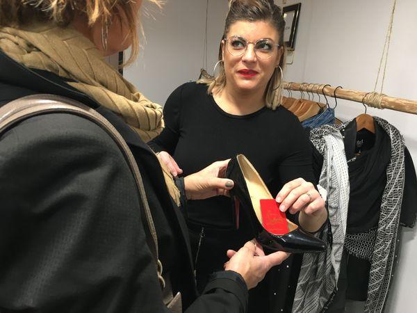 Marina cherche de beaux produits pour la vente,  et s'assure de la qualité de chaque pièce avant la mise en vente