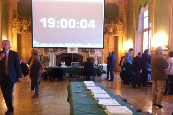 A 19 heures, les portes du bureau de vote se ferment : plus personne ne peut voter.