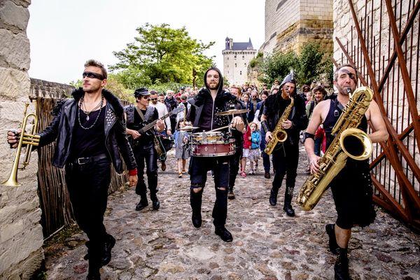 Le groupe de musique Mortal Combo sortant de la Forteresse Royale de Chinon.