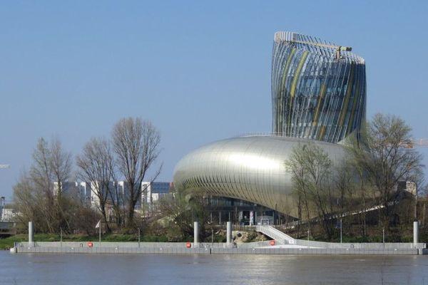 La Cité du Vin dont la forme vient du mouvement du vin dans un verre selon les architectes d'X-TU © Jean-Pierre Stahl