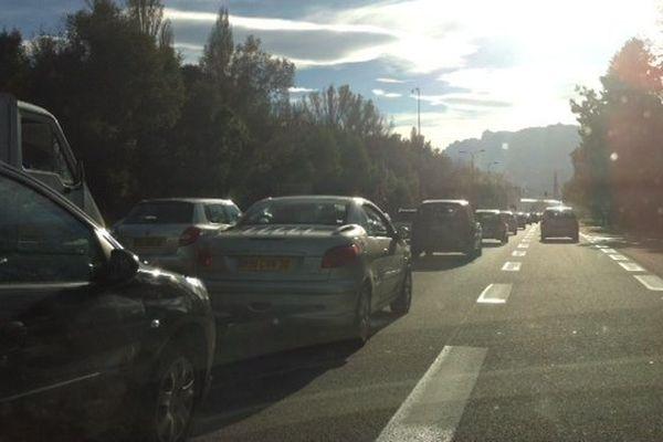 Le soleil qui descend, la pollution et un bouchon : paysage habituel aux abords de Grenoble.