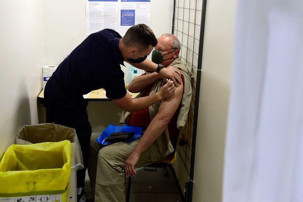 Les pompiers participent activement à la campagne de vaccination comme ici à Marseille. Les Sapeurs-Pompiers de Seine-Maritime seront à Etretat le week-end du 15 août.