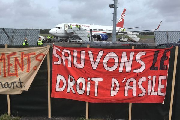 """(Archives 2019) """"Sauvons le droit d'asile"""" devant l'aéroport de Rennes - Saint-Jacques où un avion est affrété pour une reconduite de familles géorgiennes migrantes dans leurs pays."""