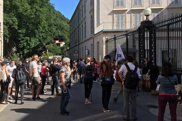 Une centaine de militants pro-ours se sont rassemblés ce samedi matin devant la Préfecture de l'Ariège.