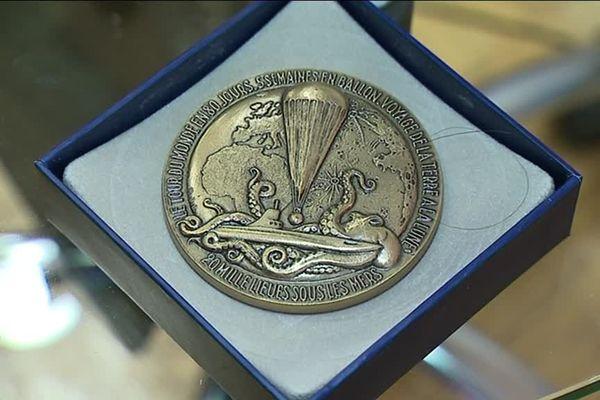 La médaille remise aux étudiants sportifs de l'UPJV.