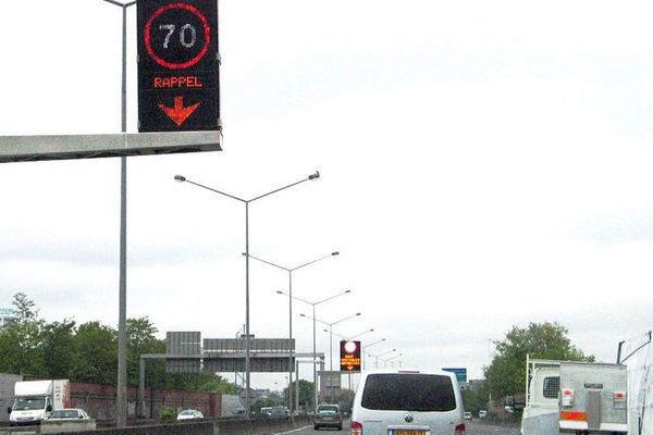 L'expérimentation a débuté sur l' A 1. Depuis le 29 avril, aux heures de pointe du matin, la voie de gauche est réservée aux bus et taxis.