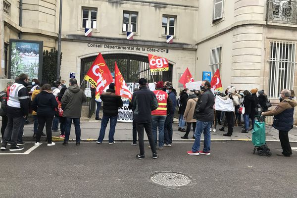 Les manifestants du secteur social et médico-social devant les grilles du Conseil Départemental de Côte-d'Or ce jeudi 3 décembre à Dijon