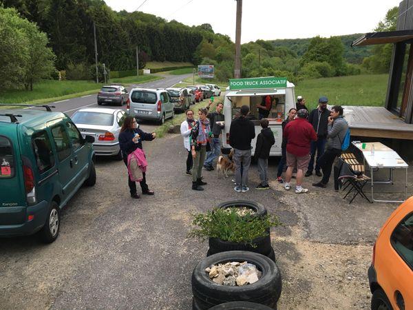 """A la belle saison, les bénévoles de l'association """"le Berceau du Faire"""" installe leur foodtruck vegan sur la zone de Pan à Algrange."""