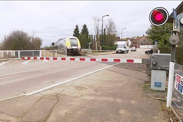 La RN77 traverse les voies à Jonches, au nord d'Auxerre (Yonne). Un contournement est à l'étude depuis plusieurs années.