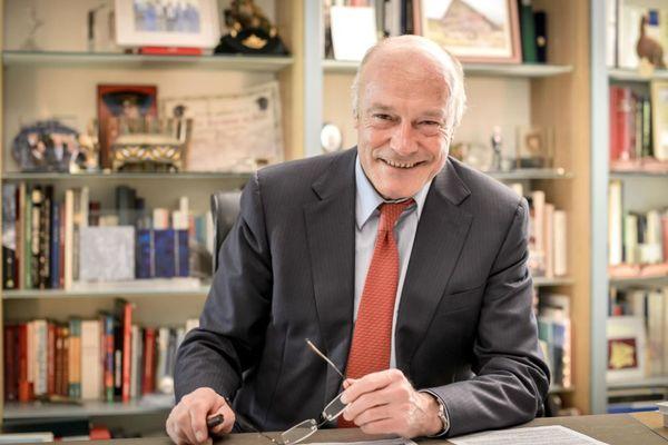 Alain Rousset dans son bureau à l'Hôtel de Région à Bordeaux.