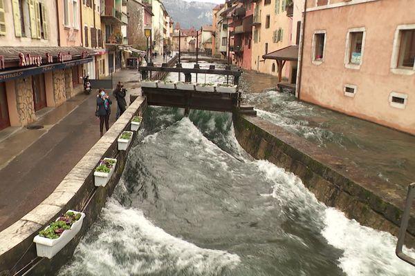 Dans le centre-ville d'Annecy ce 3 février 2021, les bruissements des eaux résonnent