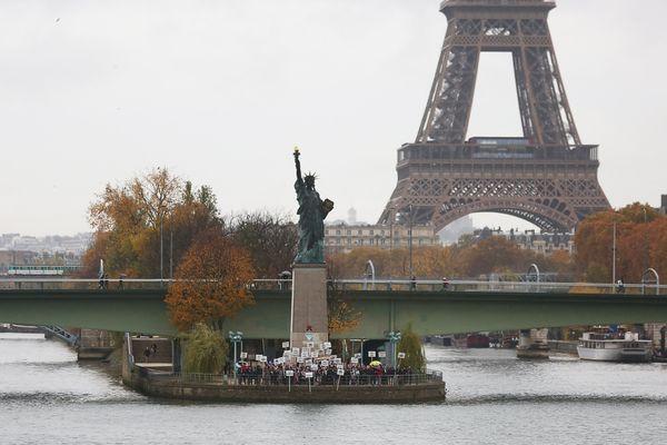 La réplique de la Statue de la Liberté située sur l'Île aux Cygnes. l'une des six versions de la fameuse statue new-yorkaise dans la capitale.