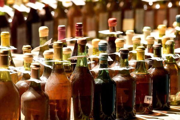 """Des bouteilles de """"l'Or du Jura"""" à la Percée du vin jaune."""