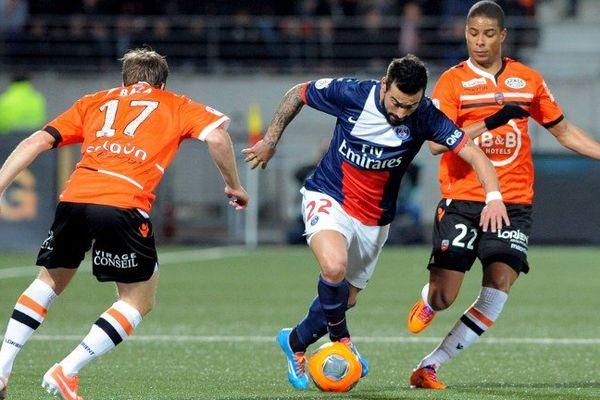 Les défenseurs Lorientais, Maxime Baca et Kevin Monnet-Paquet face au Parisien Ezequiel Lavezzi